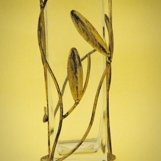 Kwadratowy wazon z elementami metaloplastyki