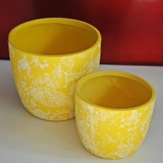 Żółta doniczka w białe wzory