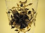 Szklany wazon z elementami metaloplastyki